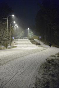 Talvinen valaistu tie
